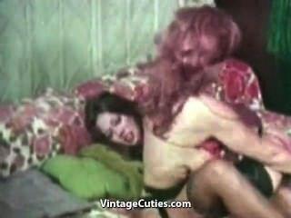 Busty lesbianas luchando y masturbándose