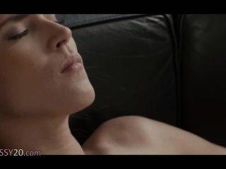 Asesino mujeres lesbianas en el sofá de cuero