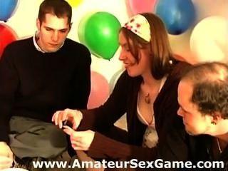 Chicas aficionados y chicos jugando un juego de atreverse el sexo