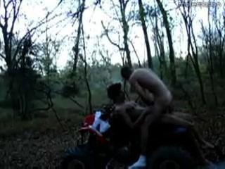 Dos chicos salir en bosques en su cuatro Wheeler (atv)