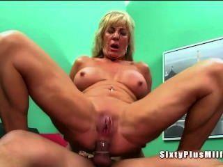 Sexo anal para abuelita cachonda rubia