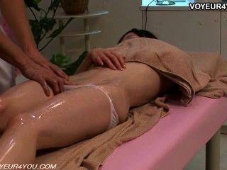 El terapeuta del masaje del cuerpo despierta