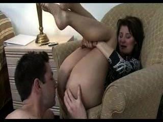 Hermana enfrenta a su hermano y le hace lamer su culo