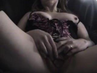 Mujer madura dedos su coño de cerca
