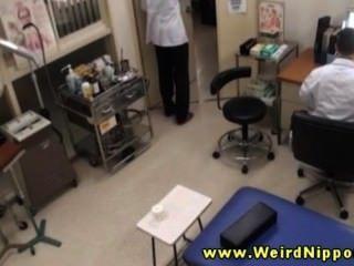 Amateur asiático obtiene sus tetas para su médico