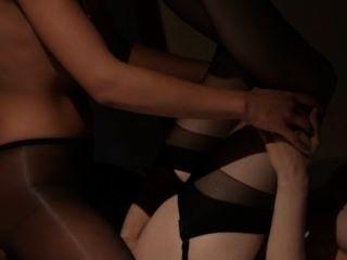 Lesbianas teniendo sexo en frente de espejo