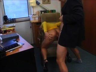 Rubia secretaria alemana follada por el jefe