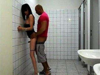Puta puta tranny sexy en el baño