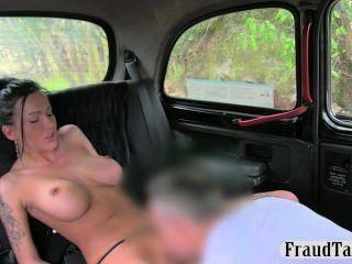 Hot busty slut creampie anal jizzed en la parte posterior de un taxi