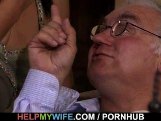 Viejo marido mira a su esposa dulce mierda