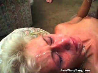 Sexy rubia milf obtiene su último gangbang part2