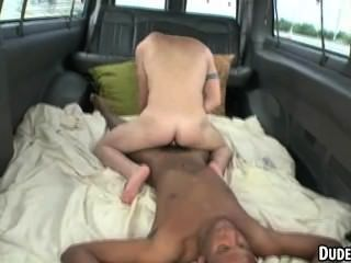 Dos hot first timer hunks tienen anal interracial