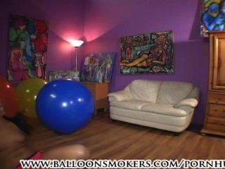 Adolescente salta y cae sobre globos grandes