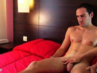 Benoit: un chico recto real se masturba su polla enorme por un chico gay!
