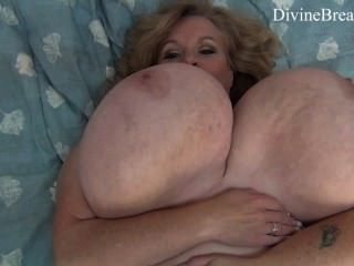Busty blond bbw milf jiggles su gigante big boobs suzie tiene monstruo tits