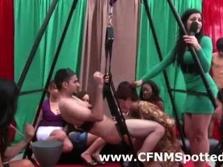 Chico desnudo obtiene una mamada de las niñas cfnm en la fiesta de la realidad