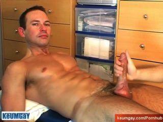 Un tipo de nadador obtener masaje y obtener wanked a pesar de él!