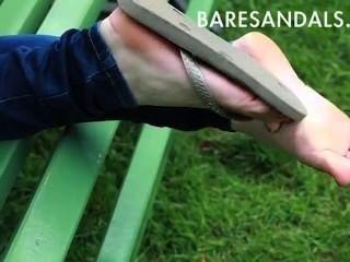 Sandalias de los pantalones vaqueros de los pies