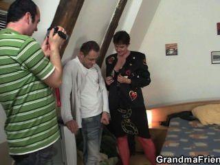 Filman trío con abuelita