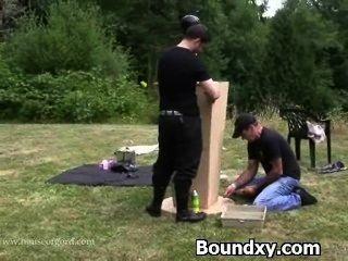 Castigo despiadado para la mujer en látex
