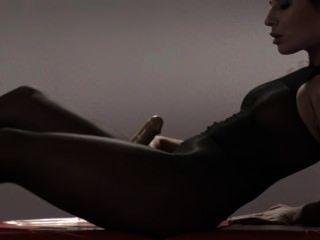 Compañero de colegio caliente en pantyhose masturbándose