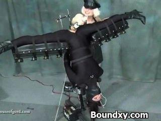Mujer en latex fetiche humillación brutal