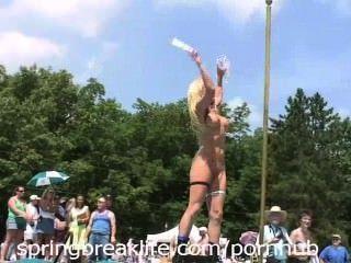 Rubia y desnuda