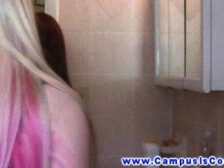 Chicas hambrientas de la universidad chupando el coño el uno al otro