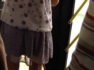Espiar a una chica caliente en el autobús