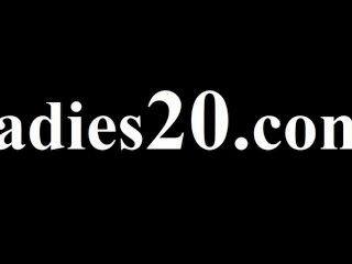 Dos niñas aseado tener relaciones sexuales en sofá rojo