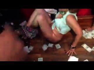 Chica masturba en la fiesta de los pepes