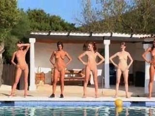 Seis niñas desnudas junto a la piscina de europa