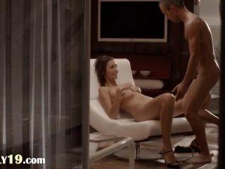 Sexo fluido con el bebé encantador en una silla