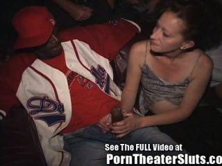 Esposa toma público cumshots y creampies en un teatro porno!