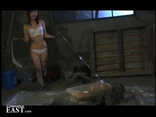 Femdom pone su esclava sexual femenina japonesa en un baño de barro y la atormenta