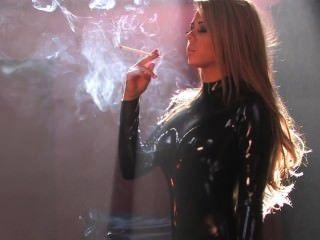 Katie fumando