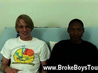 Video gay se sentaron de nuevo en el futon, jamal inclinándose y tomando