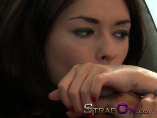 Strapon apretado chica europea follada por la hermosa latina natural lesbiana