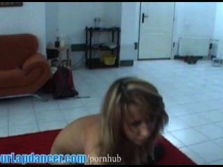 Sexy lady con cuerpo perfecto hace lapdance