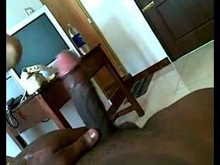 Chica adolescente india chupa la polla y se dedos
