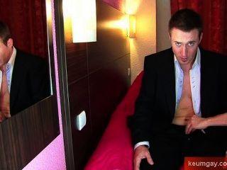 Marc, un banquero recto real obtener wanked por un hombre a pesar de él!