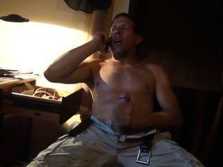 Sexo por teléfono ..... mi compañero de cuarto entró y lo registró.