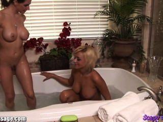 Chicas tomando un baño