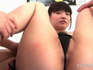 Perra asiática se extiende su coño peludo de par en par abierto