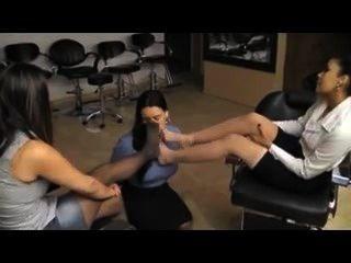 Adoración de pies en el salón de belleza