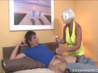 Abuelita sacudiendo al joven