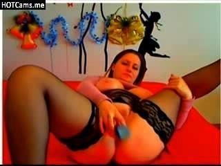 Mujer joven aficionada con grandes tetas naturales