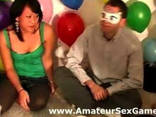 Grupo de aficionados jugando besos blindfold juegos