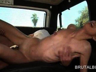 Muñeca amateur caliente desnuda golpeó hardcore en el autobús sexo