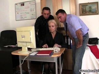 Dos tíos compartir rubia en la oficina